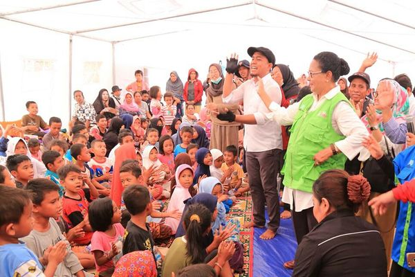 Menteri Pemberdayaan Perempuan dan Perlindungan Anak (PPPA) Yohana Yembise bermain dengan anak-anak saat mengunjungi posko pengungsian di Sekolah Darurat Kemendikbud, Kelurahan Petobo, Palu, Sulawesi Tengah, Rabu (10/10). - JIBI/Andini Ristyaningrum