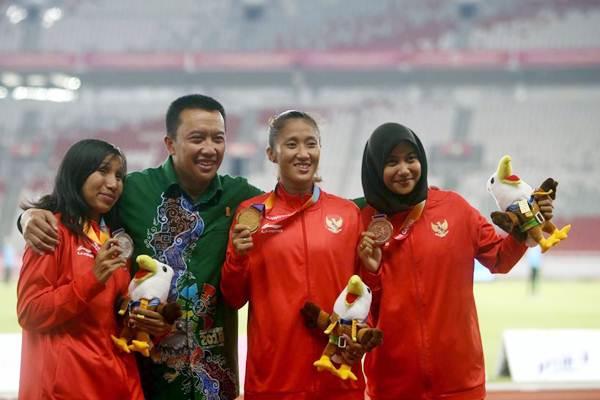 Menteri Pemuda dan Olahraga Imam Nahrawi (kedua kiri), Atlet para atletik nomor lari 100 meter putri T13 Putri Aulia (kedua kanan), Ni Made Arianti Putri (kiri) dan Endang Sari Sitorus merayakan kemenangannya pada ajang Asian Para Games 2018 di Jakarta, Rabu (10/10/2018). - JIBI/Nurul Hidayat