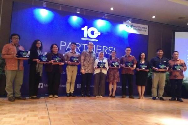 Bisnis Indonesia meraih penghargaan dari Mayapada Healthcare sebagai best partner media bersama 10 media lainnya./JIBI - BISNIS/Dewi Andriani