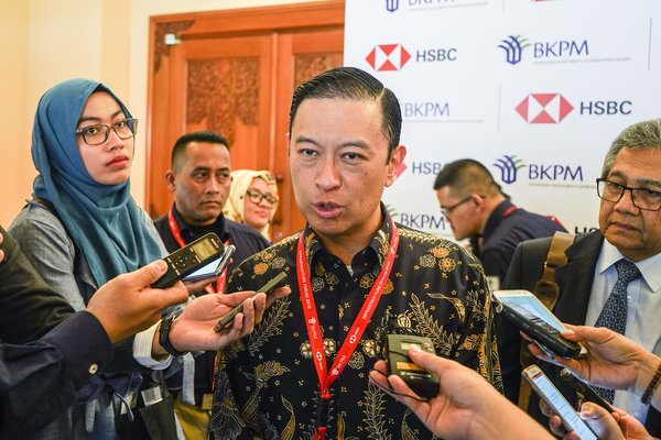 Kepala Badan Koordinasi Penanaman Modal (BKPM) Thomas Lembong (tengah) menjawab pertanyaan awak media usai mengikuti BKPM - HSBC Infrastructure Forum pada rangkaian Pertemuan Tahunan IMF - World Bank Group 2018 di Nusa Dua, Bali, Kamis (11/10). - Antara/Jefri Tarigan