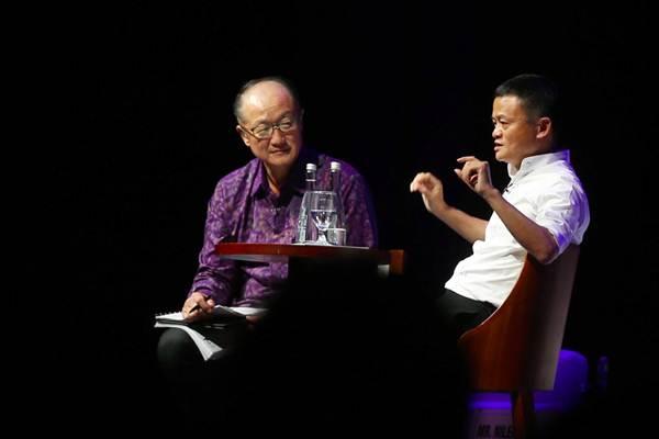 Presiden Bank Dunia Jim Yong Kim (kiri) dan Pendiri Alibaba Group Jack Ma saat menjadi pembicara pada diskusi panel Disrupting Development dalam Pertemuan IMF-Bank Dunia di Nusa Dua, Bali Jumat (12/10/2018). - JIBI/Abdullah Azzam