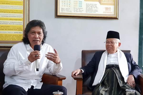 Kiai Ma'ruf Amin (kanan) bertemu dengan Emha Ainun Najib di Rumah Maiyah, di kawasan Kadipiro, Yogyakarta, Minggu (14/10/2018). - Tim Kampanye Ma'ruf Amin
