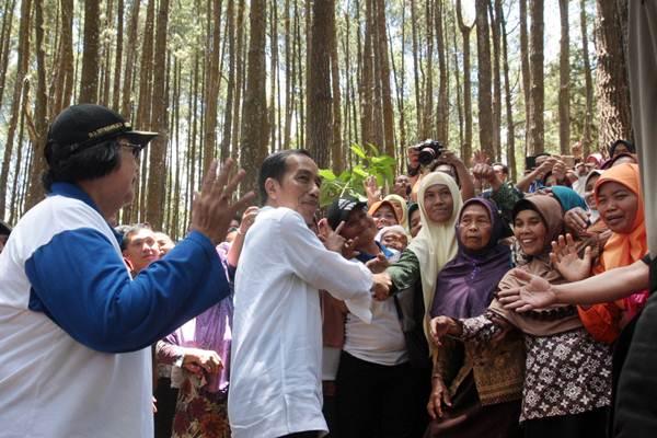 Presiden Joko Widodo (kedua kiri) didampingi Menteri Lingkungan Hidup dan Kehutanan Siti Nurbaya Bakar (kiri) menyapa warga yang hadir dalam Festival Kesatuan Pengelolaan Hutan (KPH) Tingkat Nasional dan Pameran Usaha Kehutanan yang berlangsung di Hutan Pinus, Mangunan, Dlingo, Bantul, Jumat (28/09/2018). - JIBI/Desi Suryanto