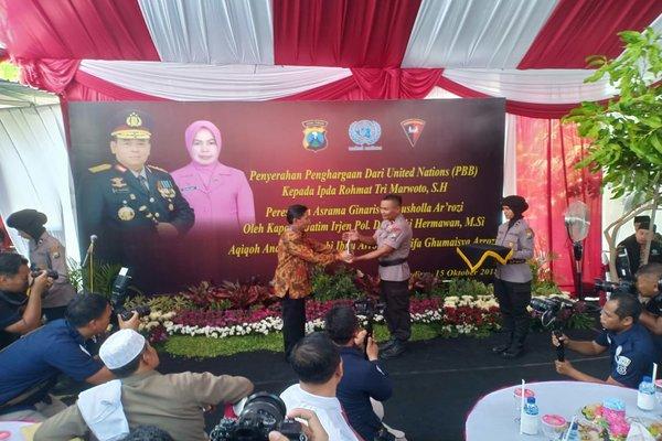 Anggota Brimob Detasemen C Pelopor Polda Jawa Timur, Ipda Rochmat Tru Marwoto menerima penghargaan dari perwakilan PBB di rumahnya di Jiwan, Kabupaten Madiun, Senin (15/10/2018). - JIBI/Abdul Jalil