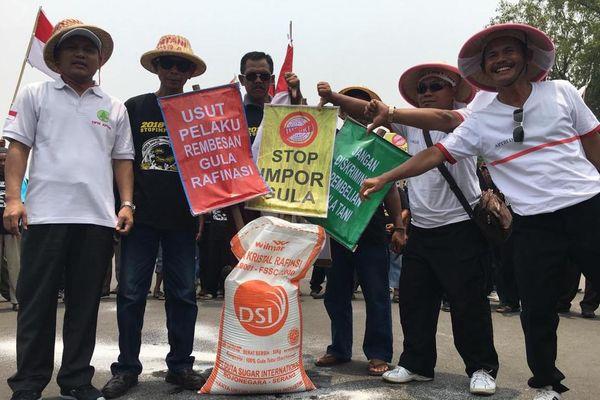 Ratusan petani tebu berunjuk rasa di depan Istana Merdeka, Jakarta, Selasa (16/10). Unjuk rasa dilakukan untuk memprotes kebijakan impor gula oleh pemerintah. - Dok. Aptri