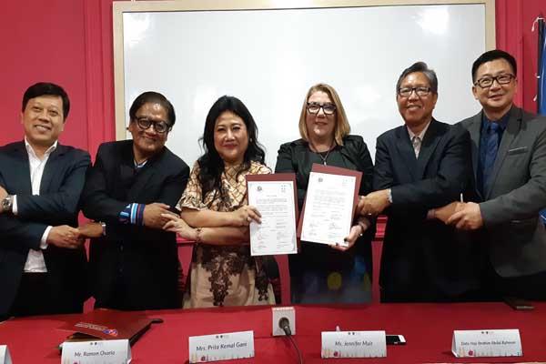 Ketua APRN Prita Kemal Gani (ketiga kiri) dan Jennifer Muir dari PR Institute of Australia (keempat kiri) memperlihatkan perjanjian kerja sama Kick Off PRIA-APRN Competency and Framework bersama pimpinan asosiasi PR negara ASEAN di Denpasar, Selasa (15/10/2018) - Bisnis/Ema Sukarelawanto