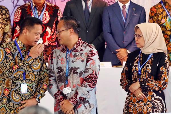 Kepala Eksekutif Pengawas Pasar Modal OJK Hoesen (dari kiri) berbincang dengan Dirut Bank Mandiri Kartika Wirjoatmodjo, disaksikan Dirut Jasa Marga Desi Arriyani saat penandatanganan pernyataan efektif Kontrak Investasi Kolektif Dana Investasi Infrastruktur (KIK DINFRA) yang diterbitkan Mandiri Sekuritas, pada perhelatan Indonesia Investment Forum, di Nusa Dua, Bali, Kamis (11/10/2018). - JIBI/Abdullah Azzam