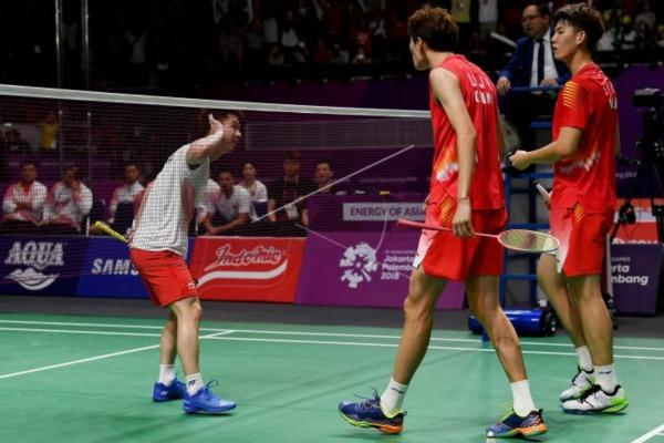 Pasangan Marcus Gideon/Kevin Sanjaya saat bertemu dengan pasangan China Li Junhui/Liu Yuchen. - Antara