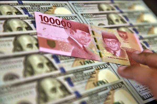 Petugas jasa penukaran valuta asing memeriksa lembaran mata uang rupiah dan dollar AS di Jakarta, Senin (2/7/2018). - ANTARA/Puspa Perwitasari