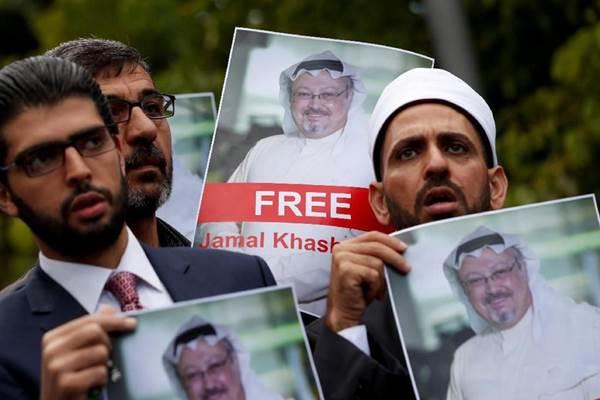 Pengunjuk rasa membawa poster Jamal Khashoggi: Ancaman bagi keluarga Salman? - Reuters