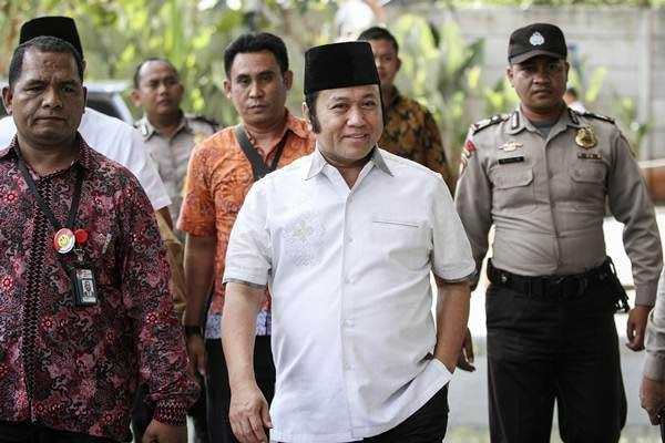 Bupati Lampung Selatan Zainudin Hasan (tengah) digiring petugas setibanya di gedung KPK, Jakarta, Jumat (27/7/2018). - ANTARA/Dhemas Reviyanto
