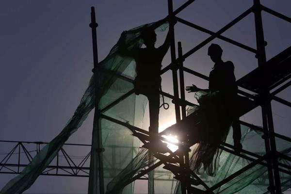 Siluet pekerja di proyek pembangunan kereta ringan atau Light Rail Transit (LRT) Jabodebek rute Cawang-Dukuh Atas di kawasan Kuningan, Jakarta, Rabu (3/10/2018). - JIBI/Nurul Hidayat