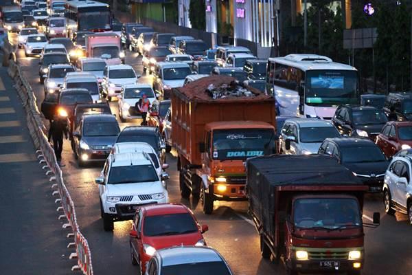 Dokumentasi truk sampah DKI Jakarta melintas di area Tempat Pengolahan Sampah Terpadu (TPST) Bantar Gebang, Bekasi, Jawa Barat, Kamis (5/11). - Antara