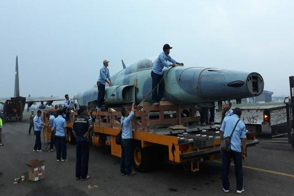 Personel Skadron Udara 14 dan Skatek 042 Lanud Iswahjudi menyiapkan pesawat F-5 Tiger TS 0512 yang akan diterbangkan ke Seskoau Lembang Bandung, Kamis (18/10/2018). - Istimewa/Lanud Iswahjudi