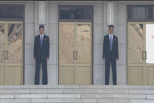 Personel Korea Utara melihat ke selatan dari sisi Utara di desa gencatan senjata Panmunjom Korea Selatan, menjelang KTT antar-Korea. Foto diambil dari video, di Korea Selatan pada tanggal 27 April 2018. - Reuters