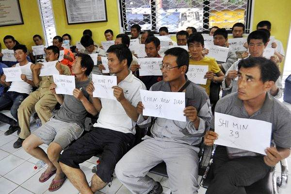 Tenaga kerja ilegal asal China diperiksa di Kantor Imigrasi Cilegon, Banten, Rabu (3 - 8).Antara/Asep Fathulrahman
