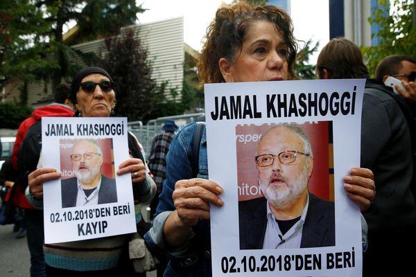 Sejumlah aktivis HAM memegang foto jurnalis Arab Saudi Jamal Khashoggi dalam unjuk rasa di luar Kedutaan Besar Arab Saudi di Istanbul, Turki, Selasa (9/10). - Reuters/Osman Orsal