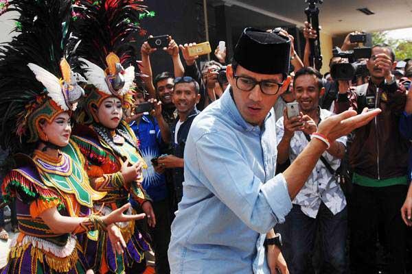 Calon Wakil Presiden nomor urut 02 Sandiaga Salahuddin Uno menari bersama penari Topeng Ireng saat berkunjung ke Temanggung, Jawa Tengah, Senin (24/9/2018). - ANTARA/Anis Efizudin