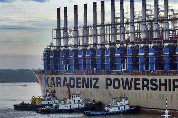 Kapal Karadeniz Powership Onur Sultan, kapal pembangkit listrik Marine Vessel Power Plant (MVPP) bersiap sandar di dermaga PLTGU, di Belawan, Medan, Sumatra Utara, Minggu (21/5). - Antara/Irsan Mulyadi