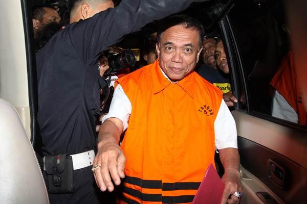Gubernur Aceh Irwandi Yusuf mengenakan rompi tahanan seusai menjalani pemeriksaan pascaterjaring operasi tangkap tangan (OTT), di gedung KPK, Jakarta, Kamis (5/7/2018). - ANTARA/Reno Esnir