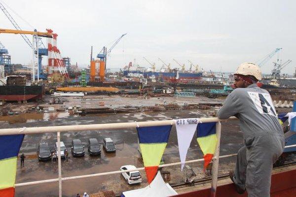 Alat berat melakukan penyelesaian kontruksi perbaikan kapal, di galangan kapal ASL Shipyard Indonesia, Batam, Kepuluan Riau, Sabtu (1/9/2018). - Bisnis/Endang Muchtar