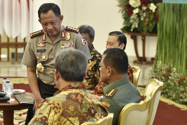 Kapolri Jenderal Pol Tito Karnavian (kiri) bersama Panglima Jenderal TNI Gatot Nurmantyo (kanan) mengikuti Sidang Kabinet Paripurna di Istana Bogor, Jawa Barat, Rabu (6/12). Sidang Kabinet Paripurna tersebut membahas rencana kerja pemerintah tahun 2018 serta persiapan Pilkada serentak 171 daerah. ANTARA FOTO - Puspa Perwitasari