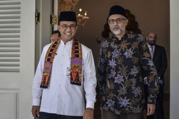 Gubernur DKI Jakarta Anies Baswedan (kiri) berbincang dengan Dubes Inggris untuk Indonesia Moazzam Malik (kanan) saat berjalan menuju Masjid Fatahillah untuk melaksanakan Salat Jumat, di kompleks Balai Kota DKI Jakarta, Jumat (26/10/2018). - ANTARA / Aprillio Akbar
