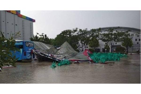 Kerusakan akibat terjangan angin langkisau di Kompleks Olahraga Jakabaring - Twitter/Sutopo_PN