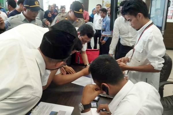 Petugas bandara mengecek data penumpang pesawat Lion Air dengan nomor penerbangan JT 610 rute Jakarta menuju Pangkal Pinang di bandara Depati Amir, Pangkal Pinang, Bangka Belitung, Senin (29/10/2018). Kepala Kantor SAR Pangkal Pinang Danang Pandu membenarkan hilangnya kontak dengan pesawat Lion Air tersebut. - ANTARA/Elza Elvia