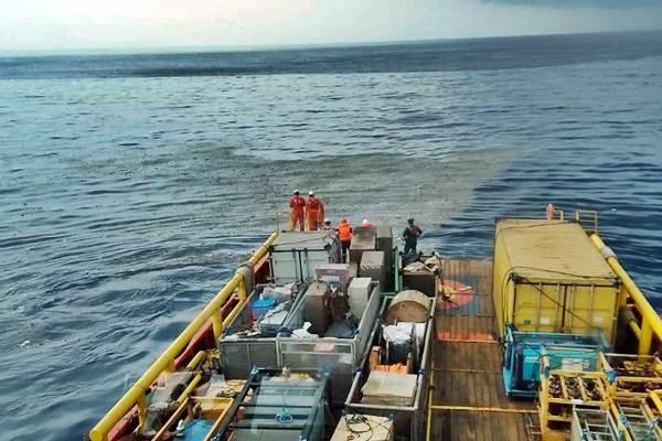 Awak kapal Pertamina mengamati serpihan pesawat Lion Air bernomor penerbangan JT610 rute Jakarta-Pangkalpinang yang jatuh di laut utara Karawang, Jawa Barat, Senin (29/10/2018). - ANTARA/HO/Pertamina
