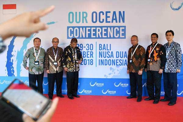 Sejumlah delegasi dan tamu berfoto bersama jelang pembukaan Our Ocean Conference (OOC) 2018 di Nusa Dua, Bali, Senin (29/10/2018). - ANTARA/Sigid Kurniawan