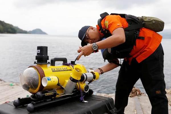 Personel Basarnas menyiapkan peralatan selam untuk mencari korban pesawat Lion Air bernomor penerbangan JT-610 rute Jakarta-Pangkalpinang yang jatuh di laut utara Karawang, Jawa Barat, Senin (29/10/2018). - ANTARA/Basarnas
