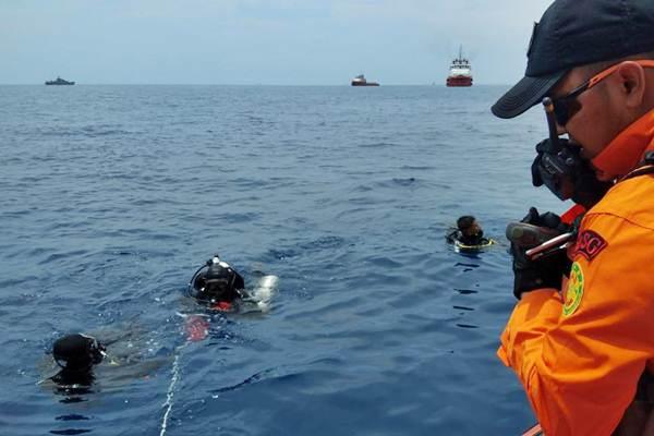 Personel Basarnas melakukan penyelaman untuk mencari korban pesawat Lion Air bernomor penerbangan JT-610 rute Jakarta-Pangkalpinang yang jatuh di laut utara Karawang, Jawa Barat, Senin (29/10/2018). - ANTARA/Basarnas