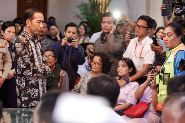 Presiden Joko Widodo (kiri) berdialog dengan keluarga penumpang Lion Air JT 610 di Crisis Center VIP Terminal 1B Bandara Soekarno Hatta, Tangerang, Banten Senin (29/10/2018). - JIBI/Felix Jody Kinarwan