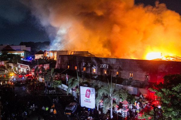 Petugas pemadam kebakaran berusaha memadamkan api saat terjadi kebakaran di Pasar Legi, Solo, Jawa Tengah, Senin (29/10/2018). Belum diketahui penyebab kejadian kebakaran pasar tersebut. - Antara/Mohammad Ayudha