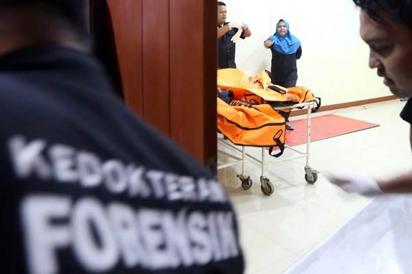 Petugas memindahkan jenazah korban penumpang pesawat Lion Air JT 610, di RS Polri, Jakarta Timur, Senin (29/10/2018). - JIBI/Nurul Hidayat