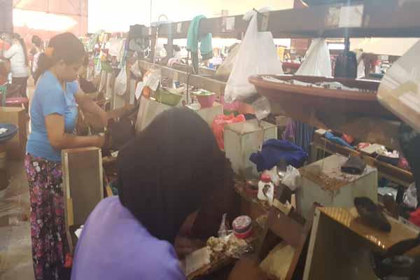 Suasana buruh yang bekerja di IHT kecil di Malang. Bisnis - Choirul Anam