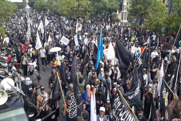 Ribuan umat Islam Soloraya berdemo mengecam pembakaran bendera bertuliskan kalimat Tauhid di depan Mapolresta Surakarta, Selasa (23/10/2018).  - JIBI/Nicolous Irawan