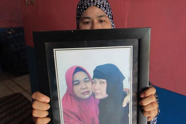 Iti Sartini, 52 tahun, menunjukkan foto anaknya Tuti Tursilawati yang dihukum mati di Arab Saudi di kediamannya di Desa Cikeusik, Majalengka, Jawa Barat, Jumat (2/11/2018). Tuti dinyatakan bersalah oleh pengadilan Arab Saudi karena kasus pembunuhan dan telah dieksekusi mati pada Senin (29/10/2018). - Antara/Dedhez Anggara