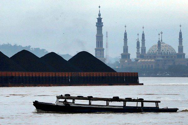 Angkutan batu bara di sungai Mahakam. - REUTERS/Beawiharta
