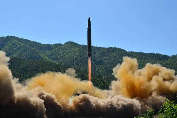 Uji coba rudal balistik antarnbenua Hwasong-14, Selasa (4/7/2017) yang dirilis Kantor Berita Korea Utara KCNA. - Reuters