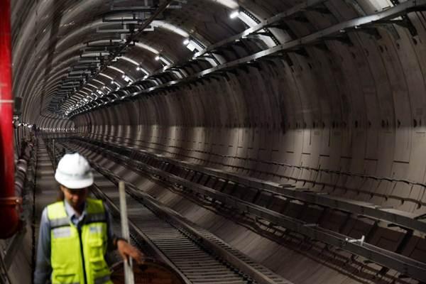Pekerja beraktivitas di proyek pembangunan Mass Rapid Transit (MRT) Jakarta fase I, Senin (11/6/2018). - JIBI/Nurul Hidayat