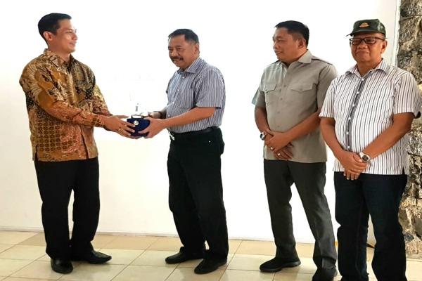 Ketua PPAD Kiki Syahnakri (kedua kiri) menerima cenderamata dari Direktur Operasional dan Pengembangan Perum Jasa Tirta II Antonius Aris Sudjatmiko. Bisnis - Ist.