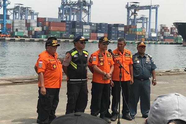 Kabasarnas Marsekal Madya TNI Muhammad Syaugi (tengah) saat memberikan keterangan penambahan waktu evakuasi korban Lion Air JT-610 PK-LQP. - Bisnis/Muhammad Ridwan