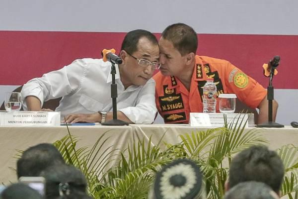Menteri Perhubungan Budi Karya Sumadi (kiri) berbincang dengan Kepala Basarnas Marsekal Madya M. Syaugi, di sela-sela konferensi pers proses evakuasi Lion Air JT 610 di Crisis Center, Jakarta, Senin (5/11/2018). - JIBI/Felix Jody Kinarwan