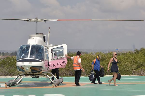 Wisatawan asing turun dari helikopter Air Bali yang ditumpangi di Benoa Heliport Complex, Denpasar, Bali, Sabtu (21/7). - Antara