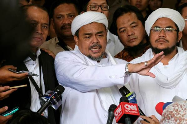 Pemimpin Front Pembela Islam (FPI) Rizieq Shihab (tengah) - Reuters