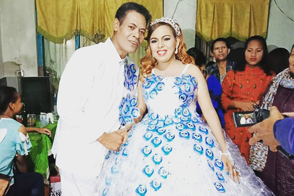 Resepsi pernikahan Toddy Koten dan Avi di Bajawa, Flores, Nusa Tenggara Timur, memikat para tamu karena gelas-gelas plastik bekas salah satu merek air mineral dalam kemasan disulap menjadi gaun mempelai wanita. - Istimewa