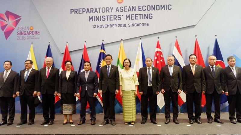 Menteri Perdagangan RI Enggartiasto Lukita (ketiga kiri) dan para menteri ekonomi serta perdagangan negara-negara Asean lainnya berfoto bersama dalam Preparatory Asean Economic Ministers Meeting di Singapura, Senin (12/11). - Dok. Kemendag