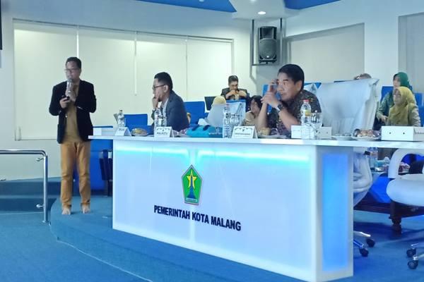 Wali Kota Malang Sutiaji (kiri) pada Lelang Kinerja Perangkat Daerah yang digelar di ruang Ngalam Command Center (12/11/2018) - Istimewa